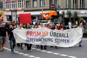 Zug der Anti-PRISM-Demonstration durch Düsseldorf zum amerikanischen Konsulat