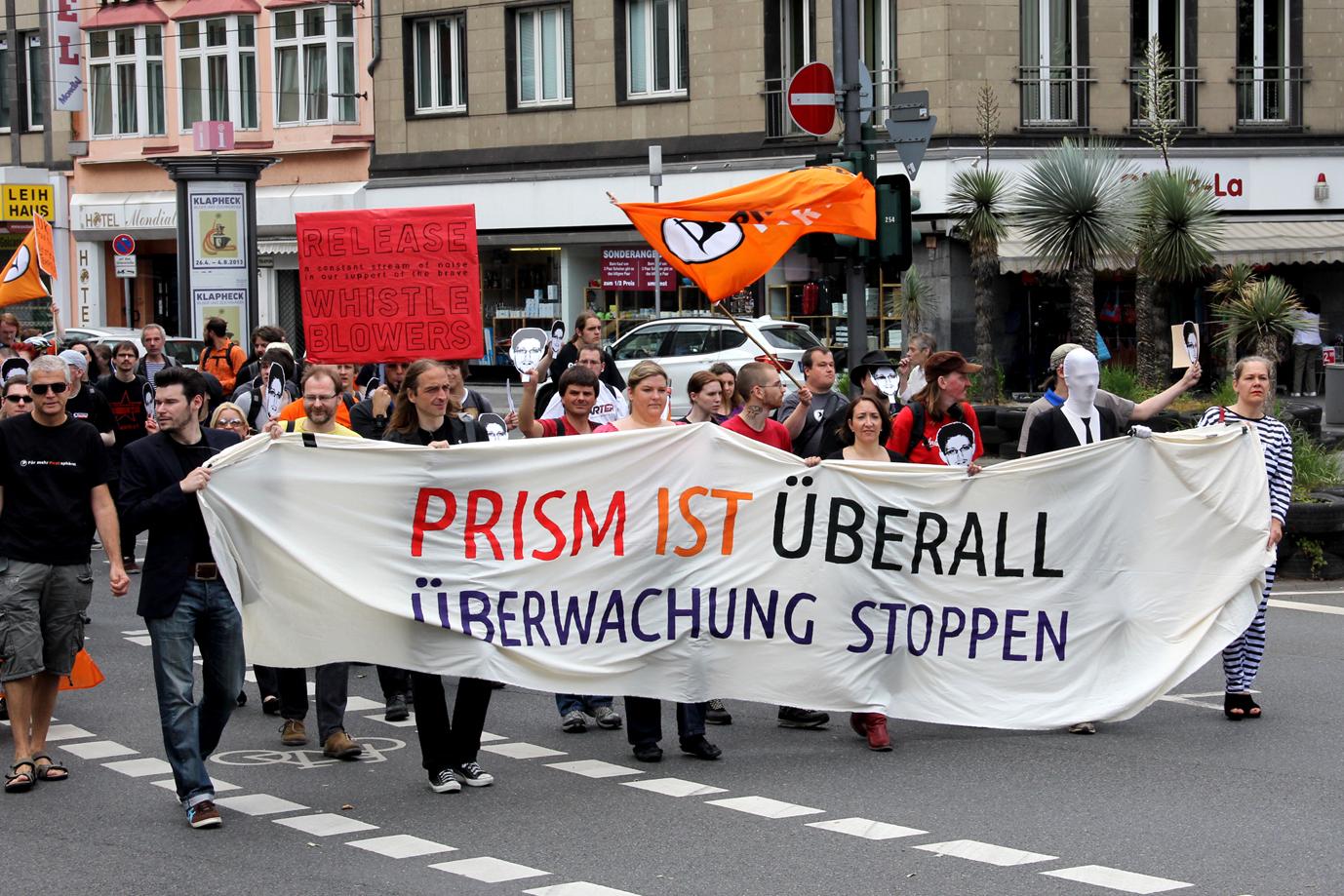 2013: Zug der Anti-PRISM-Demonstration durch Düsseldorf zum amerikanischen Konsulat
