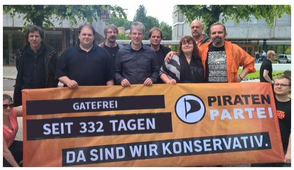 Gatefrei seit über 332 Tagen. Drübermontierter Text aus einem Bannerbild-Generator. Originalaufnahme war vor dem Verfassungsgericht Karlsruhe.