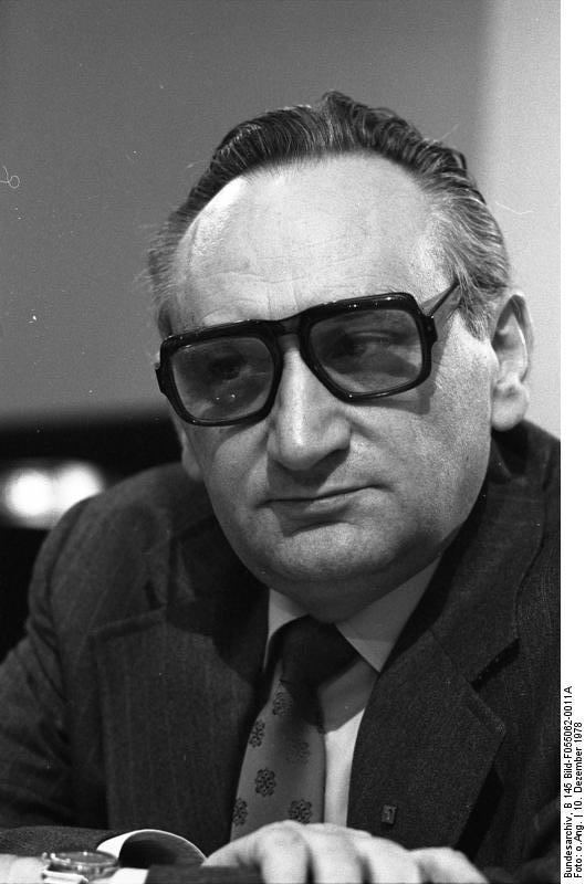 Egon Bahr: Berater Willy Brandts in Ost- und Deutschlandpolitik hier auf dem Außerordentlichen Parteitag der SPD in Köln zur Vorbereitung für die Europa-Parlament-Wahl 1979. Foto: CC-BY-SA Bundesarchiv