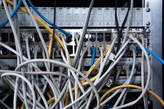 konzept-netzwerk-ethernet-router-patchbay-cable-584498_640-cc0-pixabay
