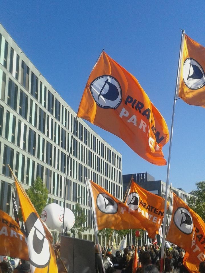 Auf der TTIP-Demo in Berlin: 250.000 Menschen liefen auf gegen hemmungslosen Freihandel. Foto: @mib303 / Twitter
